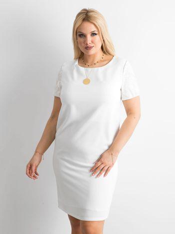 Biała sukienka plus size