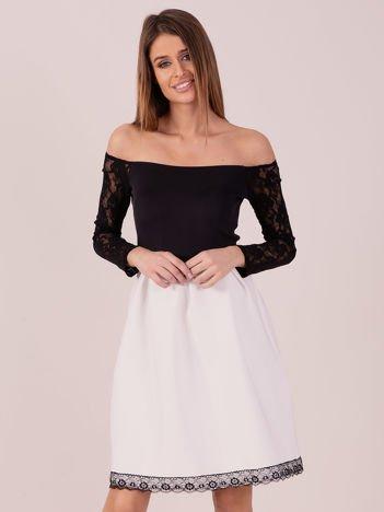 Biała sukienka z koronkowymi rękawami