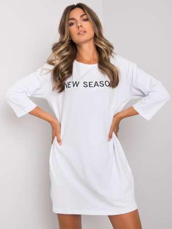 Biała sukienka z napisem Raina