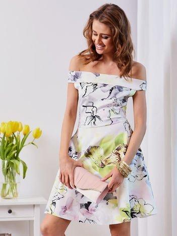 Biała sukienka z odkrytymi ramionami w kwiaty