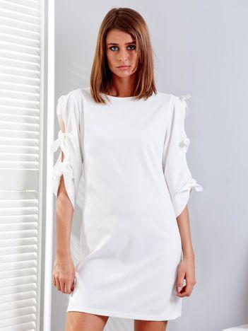 Biała sukienka z wiązaniami na rękawach