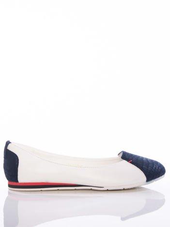 Białe baleriny Vinceza z granatowymi tłoczonymi wstawkami na przodzie i tyle buta