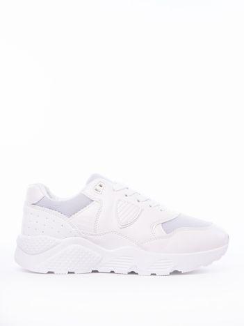 Białe buty sportowe na podwyższonej platformie