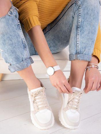 Białe buty sportowe na podwyższonej profilowanej podeszwie z pastelowymi wstawkami