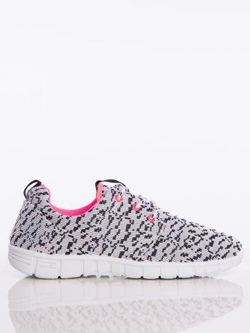 Białe buty sportowe w białe piksele z tkaniny z uchwytem z tyłu na jasnej podeszwie
