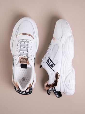 Białe buty sportowe z holograficznymi wstawkami w kolorze złoto-różowym