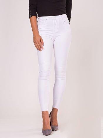 Białe dopasowane spodnie z kokardkami