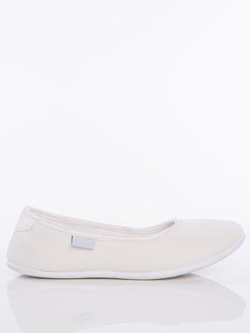 Białe gładkie materiałowe baleriny Mellow na białej podeszwie