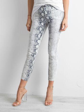 Białe jeansy skóra węża