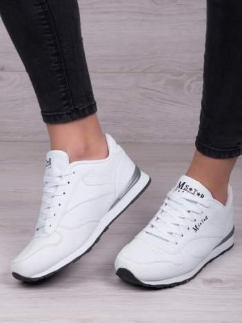 Białe lekkie buty sportowe na piankowej podeszwie z napisem z boku