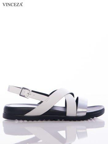 Białe sandały Vinceza na czarnej podeszwie, z ozdobnym srebrnym paskiem na przodzie