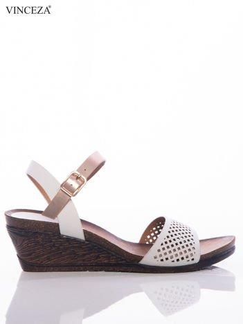 Białe sandały Vinceza na koturnach z ażurowym przodem i perłoworóżowym paskiem