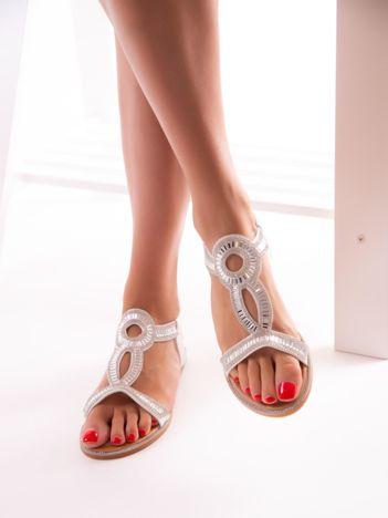 Białe sandały z biżuteryjnym ozdobnym przodem i elastycznym paskiem na pięcie