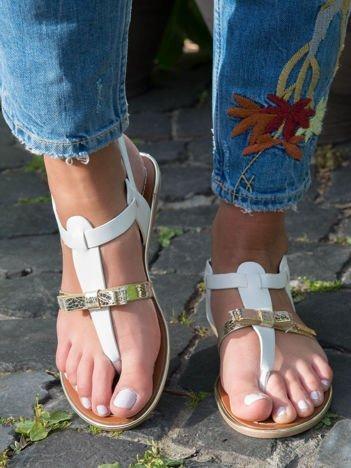 Białe sandały ze złotym paskiem z przodu zapinane na kostce
