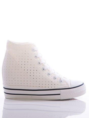 Białe sneakersy Evento z ażurową cholewką i grubą platformą