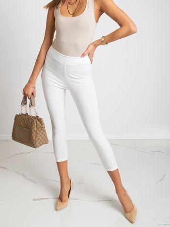 Białe spodnie Qestion
