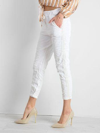 Białe spodnie damskie z lampasami