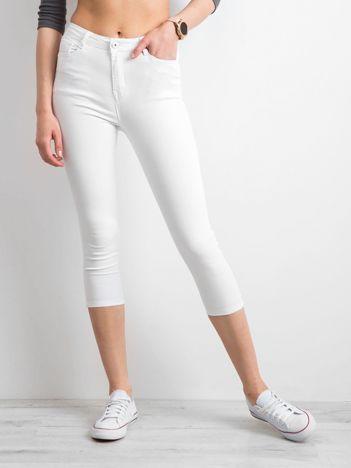 Białe spodnie jeansowe skinny z kokardkami