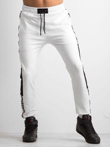 Białe spodnie męskie dresowe z lampasami