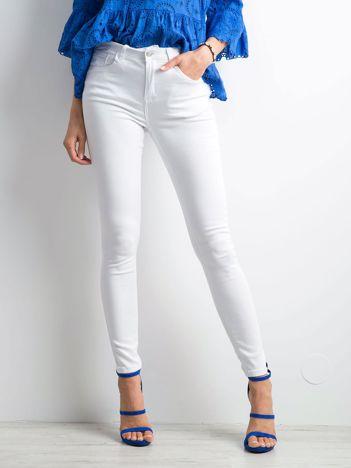 Białe spodnie skinny