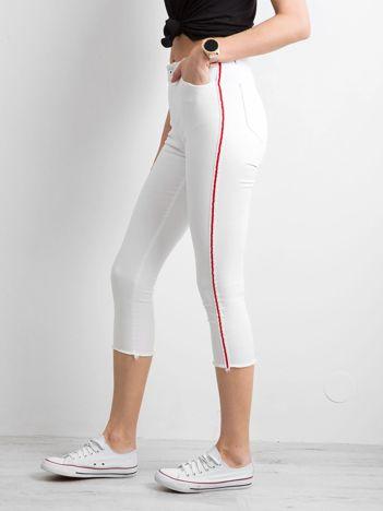 Białe spodnie z czerwonym lampasem
