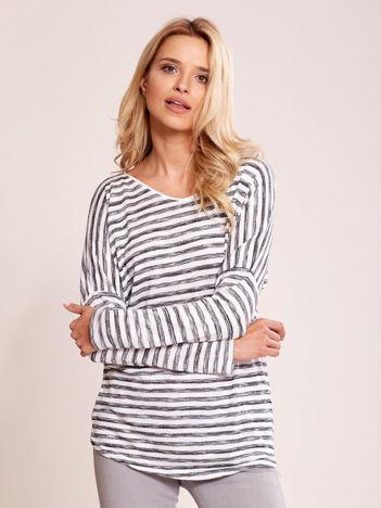 Biało-czarny lekki sweter nietoperzowy w paski