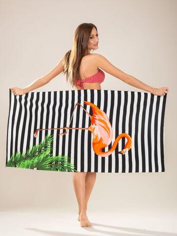 Biało-czarny ręcznik kąpielowy w paski i flamingi