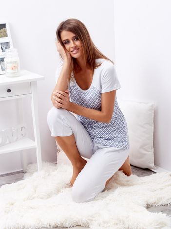 Biało-niebieska piżama w kropki