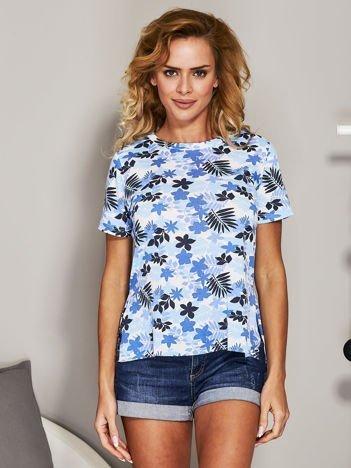 Biało-niebieski t-shirt z roślinnym nadrukiem