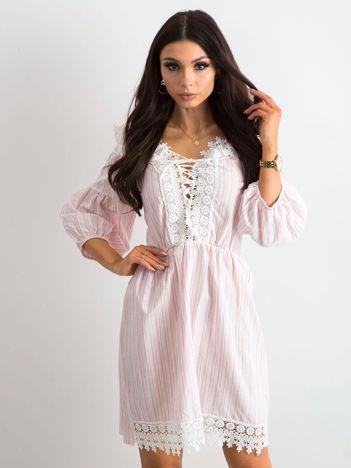 196eac4203 Biało-różowa sukienka w paski