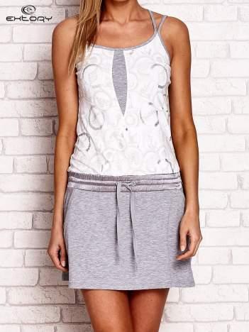 Biało-szara sukienka z niskim stanem i kieszeniami