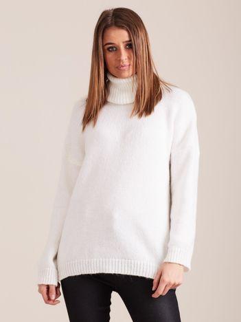 Biały miękki sweter z golfem