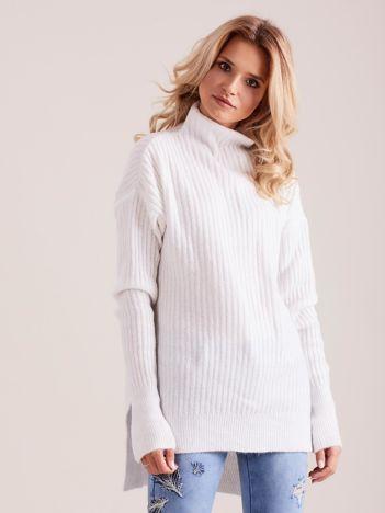 Biały prążkowany sweter z golfem