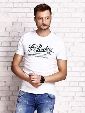 Biały t-shirt męski z nadrukiem napisu THE ROCKIES