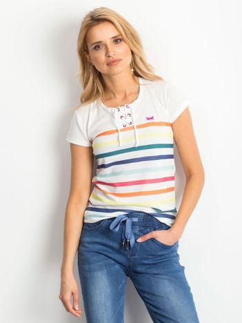 Biały t-shirt w kolorowe paski