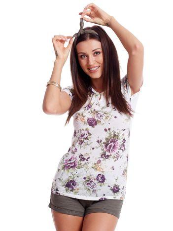 Biały t-shirt w kwiatowe wzory