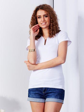 Biały t-shirt z biżuteryjną wstawką