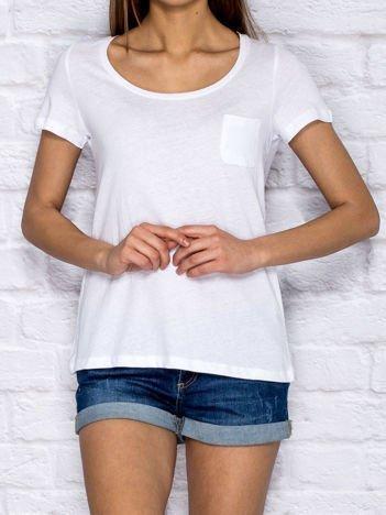 Biały t-shirt z kieszonką basic