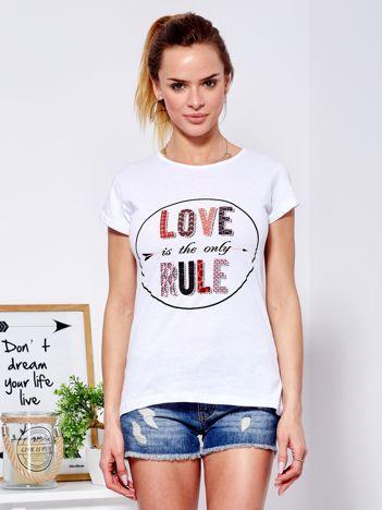Biały t-shirt z kolorowym napisem