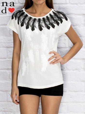 Biały t-shirt z motywem piór