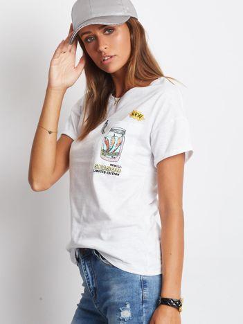 Biały t-shirt z nadrukiem na kieszonce