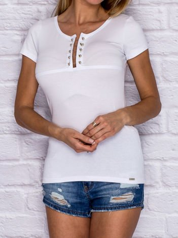 Biały t-shirt z ozdobną wstawką przy dekolcie