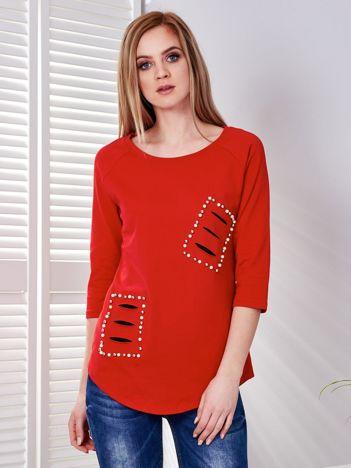Bluzka czerwona z rozcięciami i aplikacją z perełek