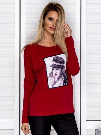 Bluzka damska z portretem dziewczyny i perełkami bordowa