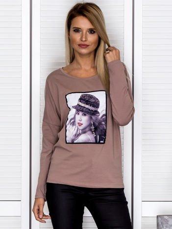 Bluzka damska z portretem dziewczyny i perełkami jasnobrązowa