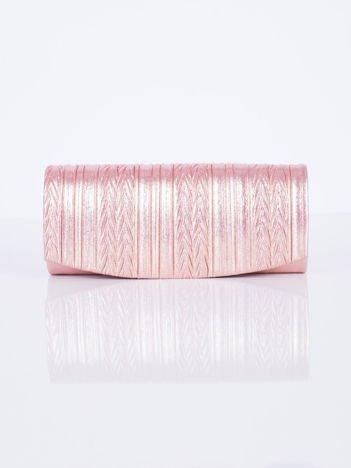 Błyszcząca kopertówka z ozdobnym tłoczeniem różowa