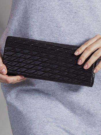 Błyszcząca pikowana kopertówka czarna