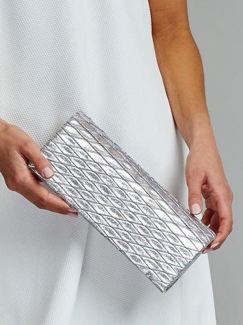 Błyszcząca pikowana kopertówka srebrna
