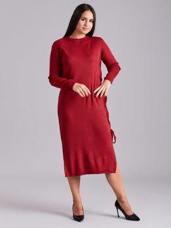 Bordowa sukienka dzianinowa z bocznym sznurowaniem