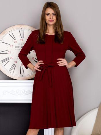 Bordowa sukienka koktajlowa z kokardą i plisowanym dołem